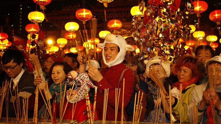 Du monde dans le temple Wong Tai Sin, l'un des temples les plus fréquentés de Hong Kong à l'occasion du nouvel an lunaire chinois, le 18 février ( SCOTT AUDETTE / REUTERS )