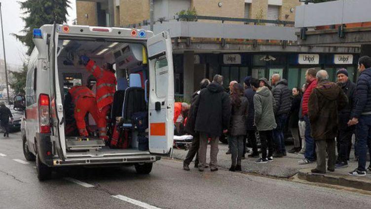 Une ambulance prend en charge des blessés après une fusillade à Macerata, en Italie, samedi 3 février 2018. (GUIDO PICCHIO/AP/SIPA / AP)