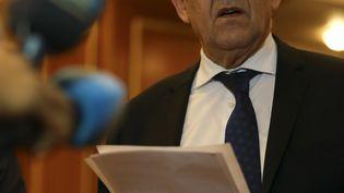 Jean-Yves Le Drian, le ministre des Affaires étrangères, le 18 mars 2019 à Tripoli (Libye). (MAHMUD TURKIA / AFP)