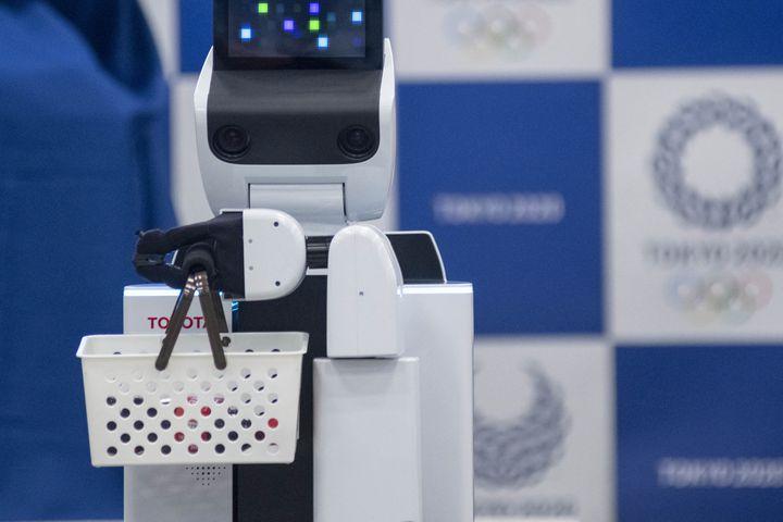 """Le """"Humansupport robot"""" (HSR) de Toyota est un robot automatisé qui apportera une assistance aux membres de l'organisation et aux spectateurs. (ALESSANDRO DI CIOMMO / NURPHOTO / AFP)"""