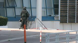 Un membre du RAID stationne à proximité du lycée de Grasse (Alpes-Maritimes) où un lycéen a tiré des coups de feu, le 16 mars 2017. (VALERY HACHE / AFP)