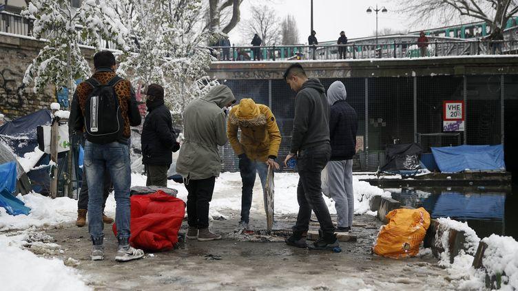 Des migrants près du canal Saint-Martin à Paris, le 7 février 2018. (YOAN VALAT / EPA)