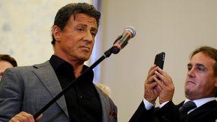 Sylvester Stallone donne une conférence de presse pour l'inauguration de l'exposition de ses toiles au musée russe de Saint-Pétersbourg (27 octobre 2013)  (Olga Maltseva / AFP)