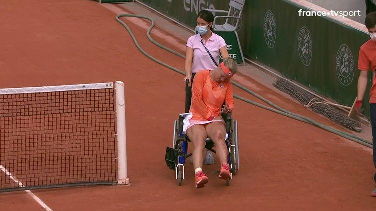 Kiki Bertens quitte le court n°14 sur un fauteuil roulant