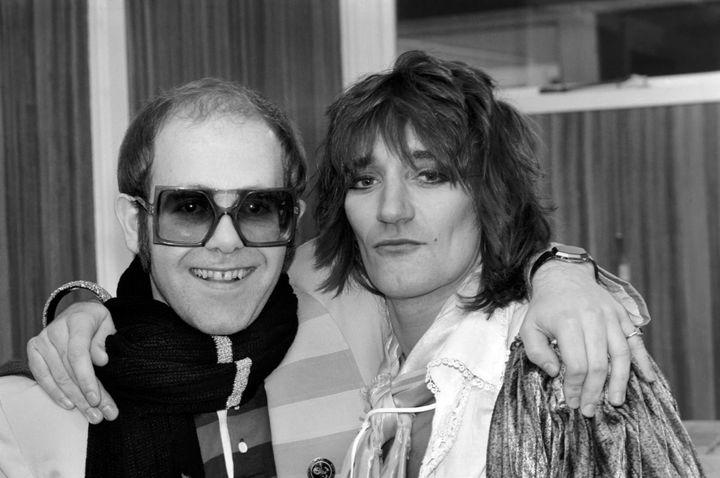 Elton John et Rod Stewart le 23 décembre 1976 en backstage de l'Olympic à Londres oùse produisait Elton John ce soir là. (MIRRORPIX / GETTY IMAGES)