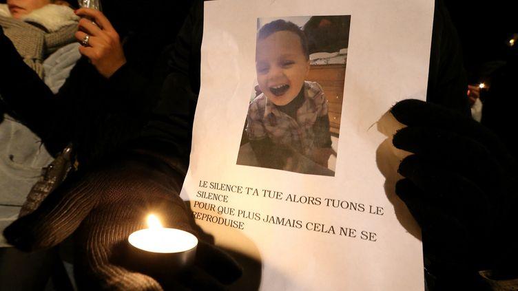 Une marche blanche en hommage au petit Tony est organisée, le 30 novembre 2016, à Reims (Marne). (FRANCOIS NASCIMBENI / AFP)