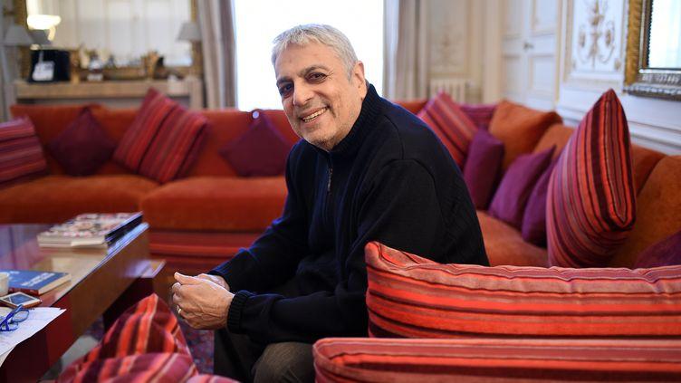 Le chanteur Enrico Macias chez lui à Paris, le 29 septembre 2015 (STEPHANE DE SAKUTIN / AFP)