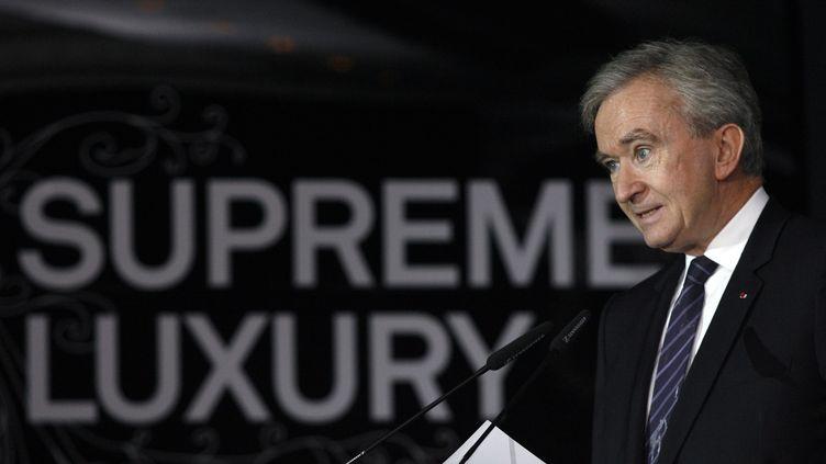 """Le patron de LVMH, Bernard Arnault, s'exprime lors de la conférence """"Supreme Luxury"""" à Moscou (Russie), en 2007. (THOMAS PETER / REUTERS)"""