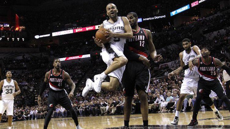 Tony Parker (San Antonio Spurs) passe devant LaMarcus Aldridge (Portland Trailblazers) (CHRIS COVATTA / GETTY IMAGES NORTH AMERICA)
