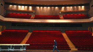 """Un ouvrier déplace le matériel de la scène principale du théâtre """"La Filature"""" de Mulhouse (Haut-Rhin), jeudi 29 octobre 2020,à la veille de l'entrée en vigueur d'un nouveau confinement pour lutter contre la pandémie de Covid-19. (SEBASTIEN BOZON / AFP)"""