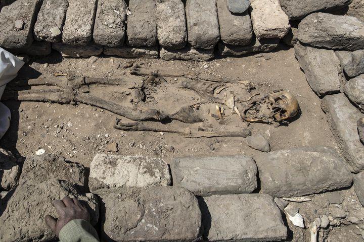 Un squelette trouvé dans la cité datant d'Amenhotep III découverte près de Louxor, en Egypte (KHALED DESOUKI / AFP)
