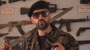 Capture d'écran de la vidéo dans laquelle Papacito tire sur un mannequin censé représenter un militant de La France insoumise, postée sur YouTube le 6 juin 2021. (YOUTUBE)