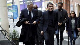 Manuel Valls, dans la mairie d'Évry, avec Francis Chouat, le maire socialiste de la ville. (ARNAUD JOURNOIS / MAXPPP)