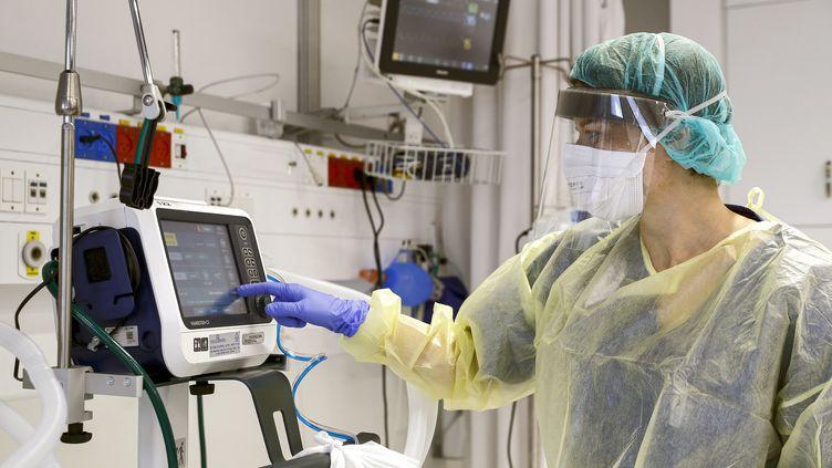 La directrice du service d'épidémies, le Dr Karina Glick, du Samson Assuta Ashdod University Hospital dans la ville d'Ashdod, dans le sud d'Israël, vérifie un ventilateur médical, le 16 mars 2020 (photo d'illustration). (JACK GUEZ / AFP)