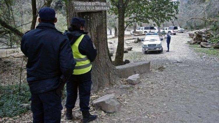 La police surveille l'entrée de la zone où ont été retrouvés les corps de deux jeunes françaises, le 30 juillet 2011. (AFP - STR)