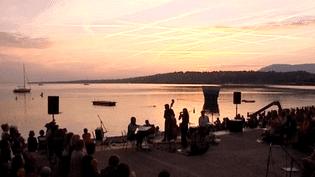 6h du matin, la musique s'élève depuis les Bains des Pâquis pour saluer le lever du soleil. Un décor de carte postale.  (France 3 Culturebox)