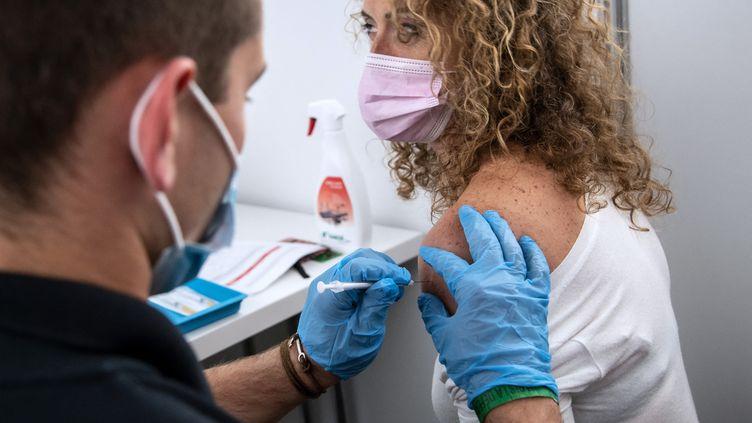 Un membre de la Croix Rouge française administre une dose de vaccin contre le Covid-19 au centre de vaccination Paris La Defense Arena de Nanterre (Hauts-de-Seine), le 3 mai 2021. (BERTRAND GUAY / AFP)