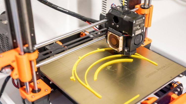 En Allemagne, une imprimante 3D utilisée pour fabriquer ici des fixations pour visières de protection contre le coronavirus. (PHILIPP VON DITFURTH / DPA)