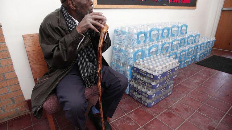 où le révérend Jesse Jackson a évoqué le 17 janvier 2016 la crise de l'eau. Le président américain Barack Obama, qui a rencontré le 20 janvier 2016 la maire de Flint, Karen Weawer, avait déclaré quatre jours auparavant l'état d'urgence sanitaire. But: libérer de l'aide fédérale afin d'aider les habitants, notamment leur distribuer de l'eau potable.Malgré la pression des autorités fédérales et des tests montrant un niveau près de deux fois plus élevé de contamination au plomb chez des enfants, les responsables locaux ont attendu des mois pour réagir.L'activiste américaine Erin Brockovich et le réalisateur Michael Moore se sont emparés de cette affaire. (Bill Pugliano / Getty Images / AFP)