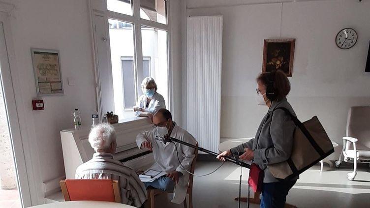 Nicolas Le Bosse, comédien, pendant sa consultation poétique avec Jean, un des patients du service de soins de longue durée de l'hôpital Charles Foixd'Ivry-sur-Seine (Val-de-Marne). (LAVANTIN DEMIR)