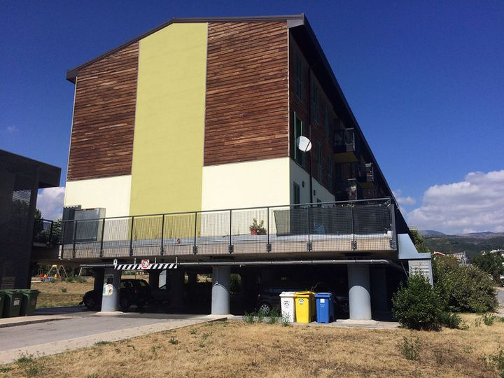 La ville d'Aquila a subi un tremblement de terre qui a fait 300 morts en 2009. Un réseau mafieu impliqué dans la reconstruction a été démantelé. Sur cette photo, le projet «nouvelle ville». Les pilliers soutenant l'immeuble sont censés protéger le bâtiment en cas de séisme. (REUTERS / Gavin Jones)