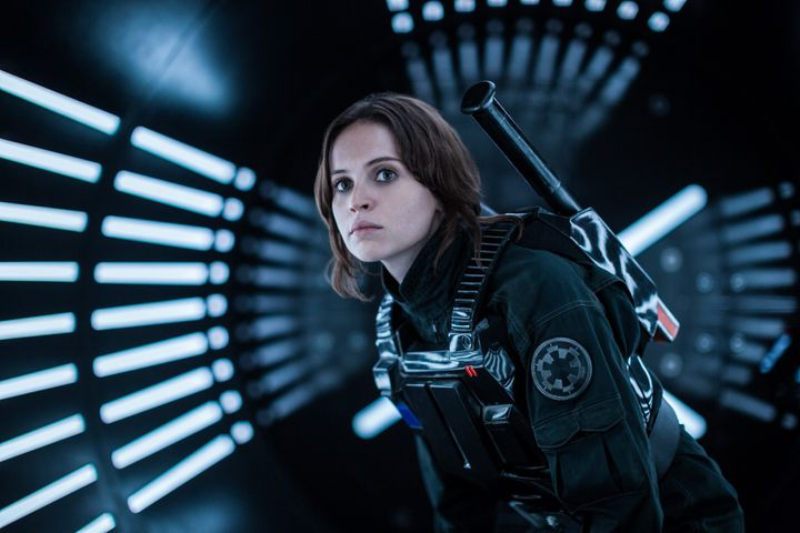 """Felicity Jones dans """"Rogue One : A Star Wars Story"""" de Gareth Edwards (II)  (2016 Lucasfilm Ltd.)"""