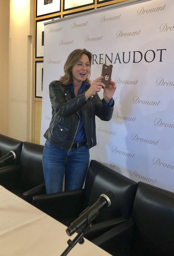 Olivia de Lamberterie, lauréate du Renaudot essai 2018, immortalise le parterre de journalistes qui lui fait face.  (Manon Botticelli)