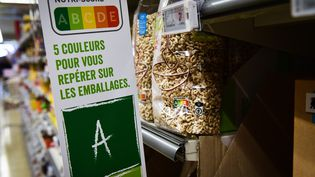 """Un panneau """"Nutri-Score"""" affiché dans un supermarché de Bruxelles (Belgique), le 4 avril 2019. (LAURIE DIEFFEMBACQ / BELGA / AFP)"""