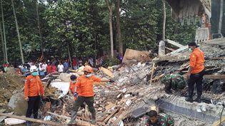 Des secouristes cherchent des survivants dans les décombres après un séisme à Pidie, sur l'île de Sumatra (Indonésie), le 7 décembre 2016. (CHAIDEER MAHYUDDIN / AFP)