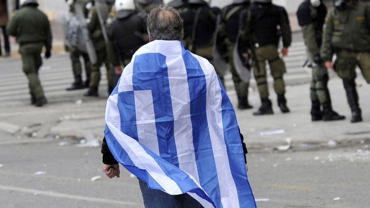 Un manifestant dans les rues d'Athènes (Grèce), le 10 février 2012. (LOUISA GOULIAMAKI / AFP)