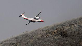 Un avion Dash 8 survoleBiguglia, en Corse, le 25 juillet 2017. (PASCAL POCHARD-CASABIANCA / AFP)