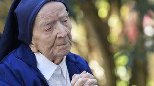 Sœur André, de son vrai nom Lucile Randon, prie en fauteuil roulant, à la veille de son 117e anniversaire, dans son Ehpad à Toulon, le 10 février 2021. (NICOLAS TUCAT / AFP)
