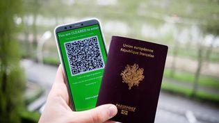 Un passeport français photographiéavec un QR code attestant que son propriétaire n'est pas porteurduSars-CoV-2. (VALENTINO BELLONI / HANS LUCAS / AFP)