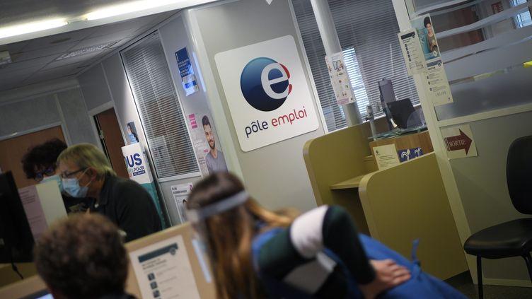 Une agence Pôle emploi à Saint-Amand-les-Eaux (Nord), le 27 janvier 2021. (MAXPPP)