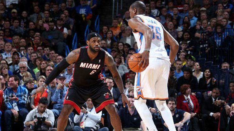 LeBron James en défense contre Kevin Durant