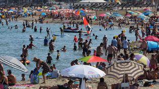 Des vacanciers profitent de la plage à Canet-en-Roussillon (Pyrénées-Orientales), vendredi 4 août 2017. Le département des Pyrénées-Orientales est placé en vigilance orange à la canicule. (RAYMOND ROIG / AFP)