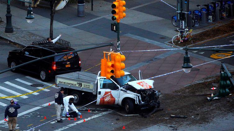 La police inspectela camionnette aveclaquelle un terroriste a tué huit personnes, le31 octobre 2017, à New York. (ANDREW KELLY / REUTERS)