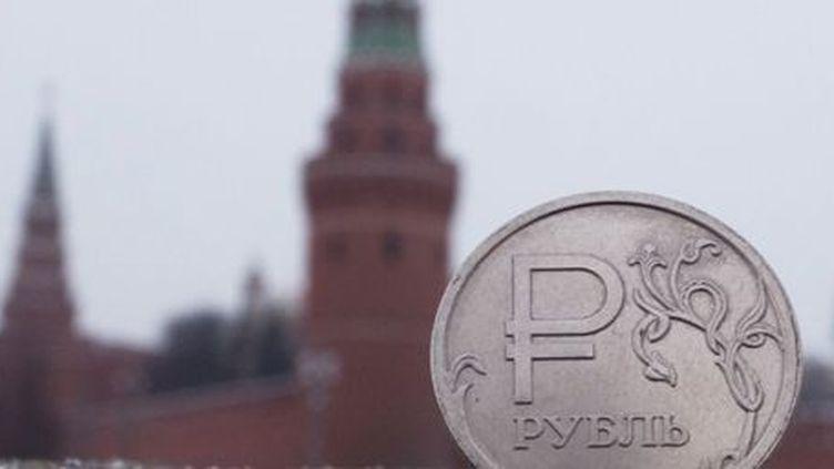 Le rouble russe (avec le Kremlin en arrière-plan) (AFP - Iliya Pitalev - Sputnik)