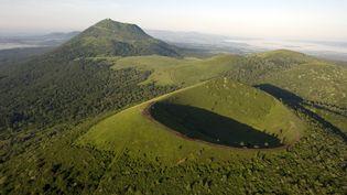 La Chaîne des Puys en Auvergne classée par l'UNESCO au patrimoine mondial. (THIERRY ZOCCOLAN / AFP)