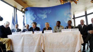 La présidente du Front national et candidate à la présidentielle Marine Le Pen avec les membres de son comité de soutien, sur le bateau Maxim's à Paris, le 2 février 2012. (HUMBERTO DE OLIVEIRA /LE PARISIEN / MAXPPP)