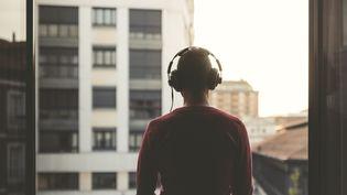 Un homme écoute de la musique au casque (illustration). (WESTEND61 / GETTY IMAGES)