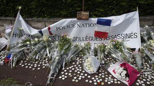 Une banderole en hommage aux policiers tués à Magnanville (Yvelines) le 16 juin 2016. (DOMINIQUE FAGET / AFP)