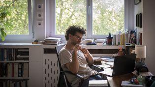 Un homme participe à une visioconférence via son ordinateur, le 24 avril 2020. (CELINE GAILLE / HANS LUCAS / AFP)
