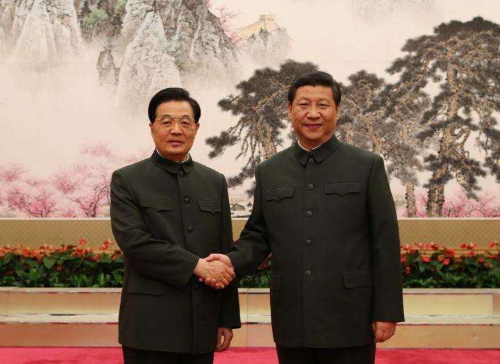 Comme son prédécesseur Hu Jintao (à gauche), Xi Jinping (à droite) porte le costume à col Mao lorsqu'il préside la Commission militaire centrale, comme ici, le 17 novembre 2012 à Pékin (Chine). (WANG JIANMIN / XINHUA / AFP)