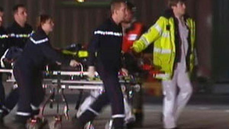 Evacuation des blessés après deux explosions dans l'usine chimique SFN à Anrézieux-Bouthéon (Loire), le 23 novembre 09 (F2)