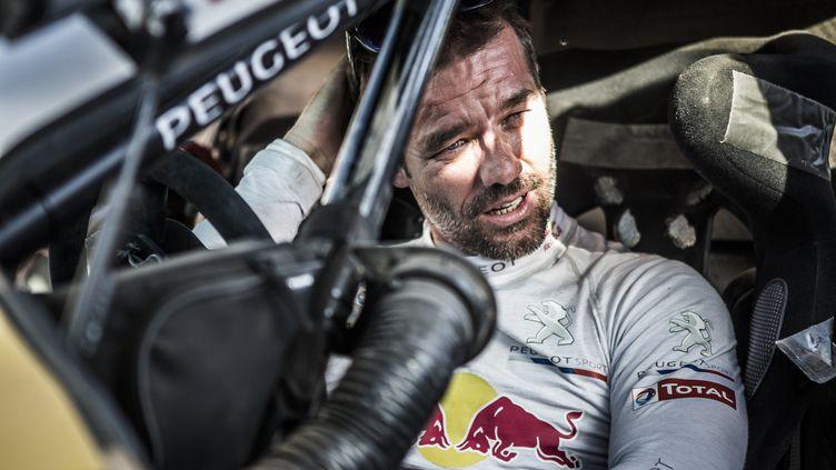 Sébastien Loeb dans l'habitacle de la Peugeot 2008DKR16