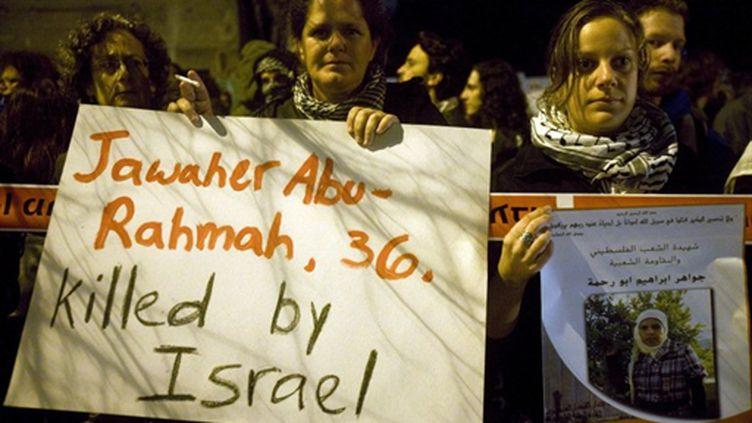 """""""Jawaher Abu-Rahmah, 36 ans, tuée par Israël"""" : pancarte de manifestants israéliens à Tel Aviv (1 janv.2011) (AFP/OREN ZIV)"""