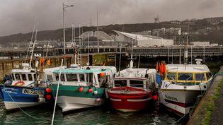 Dans leport de Boulogne-sur-Mer, les pêcheurs mettent désormais leurbateauxà l'abri, pour éviter de se les faire voler par des passeurs ou des migrants. (Image d'illustration) (PHILIPPE HUGUEN / AFP)
