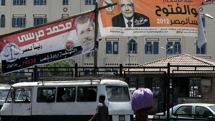 Au Caire, le 18 mai 2012, une banderole pour le candidat des Frères musulmans à la présidentielle,Mohamed Morsi (G), et une pour le dissident,Abdel Moneim Aboul Foutouh. (MAHMUD HAMS / AFP)