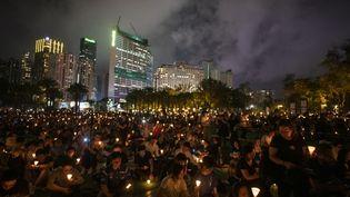 Un rassemblement en souvenir du massacre de la placeTiananmen, le 4 juin 2019 au parc Victoria, à Hong Kong. (VERNON YUEN / NURPHOTO / AFP)